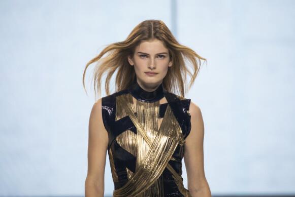 SUPERMODELL: Signe Veiteberg kalles Norges nye supermodell. Her er hun på catwalken for Balmain i Paris. FOTO: NTB