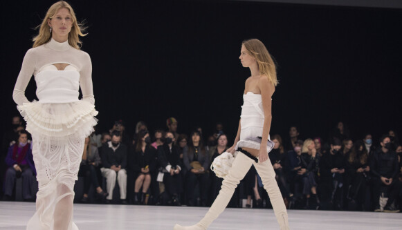 COMEBACK: Supermodell Iselin Steiro gjorde comeback på catwalken under Givenchy-visningen i Paris søndag. FOTO: NTB