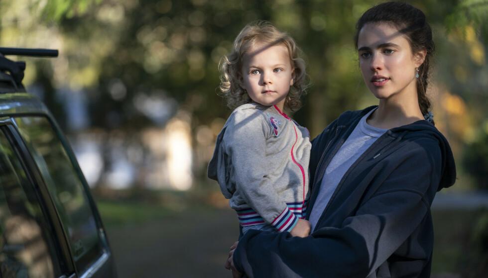 MAID: Skuespiller Margaret Qualley spiller moren til karakteren Maddy, spilt av lille Rylea Nevaeh Whittet, i TV-serien Maid. FOTO: Netflix / NTB
