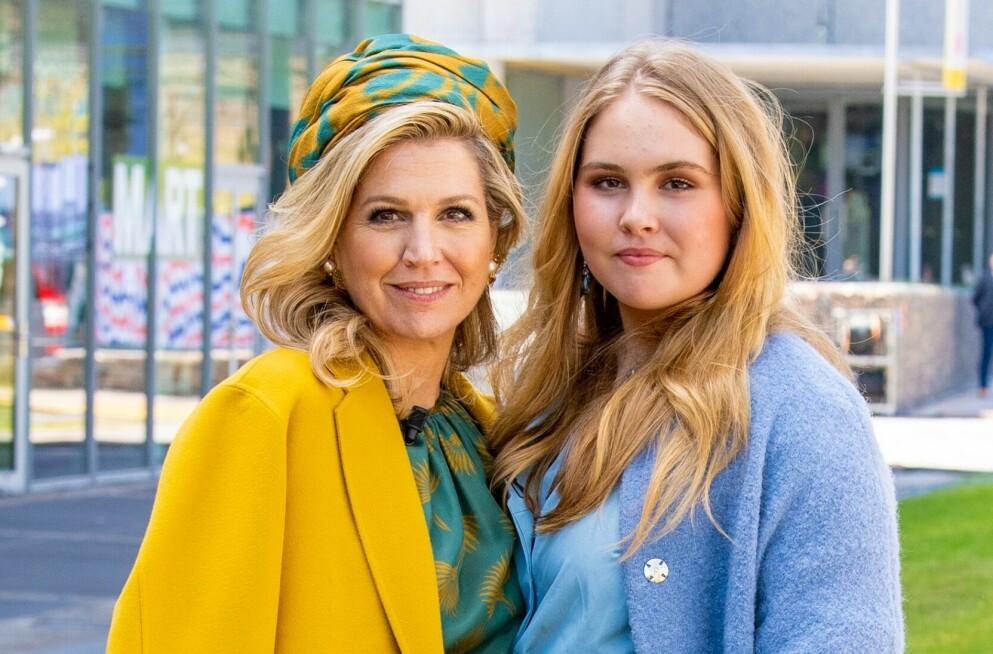 KONGELIG: Dronning Maxima med eldstedatteren kronprinsesse Catharina-Amalia fotografert våren 2021. En dag skal Catharina-Amalia ta over dronningrollen etter sin mor. FOTO: NTB