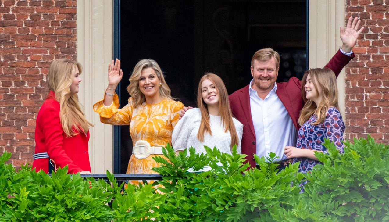 KONGEFAMILIEN: Kong Willem-Alexander og Maxima av Nederland med døtrene kronprinsesse Catharina-Amalia, og prinsessene Alexia og Ariane sommeren 2021. FOTO: NTB