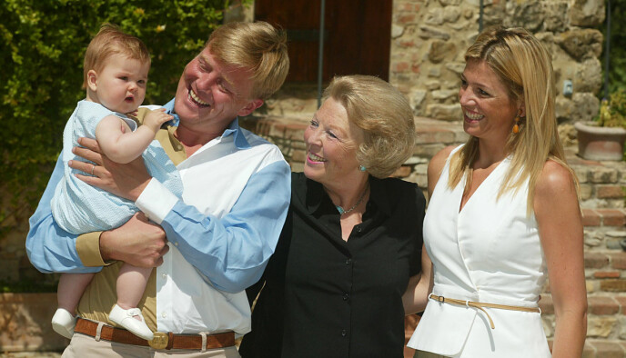 FØRSTEFØDTE: Kong Willem Alexander viste stolt frem eldstedatteren Catharina-Amalia Beatrix Carmen Victoria under et feriebesøk til Italia i 2004. Hun kom til verden 7. desember 2003. Ved sin side hadde han moren Beatrix, som abdiserte i 2013, og kona Maxima. FOTO: NTB